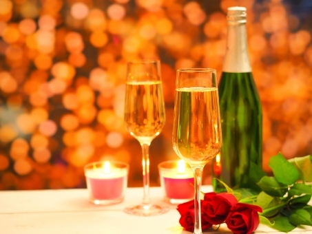 お酒を飲むのは、紙コップか、ガラスのグラスか。