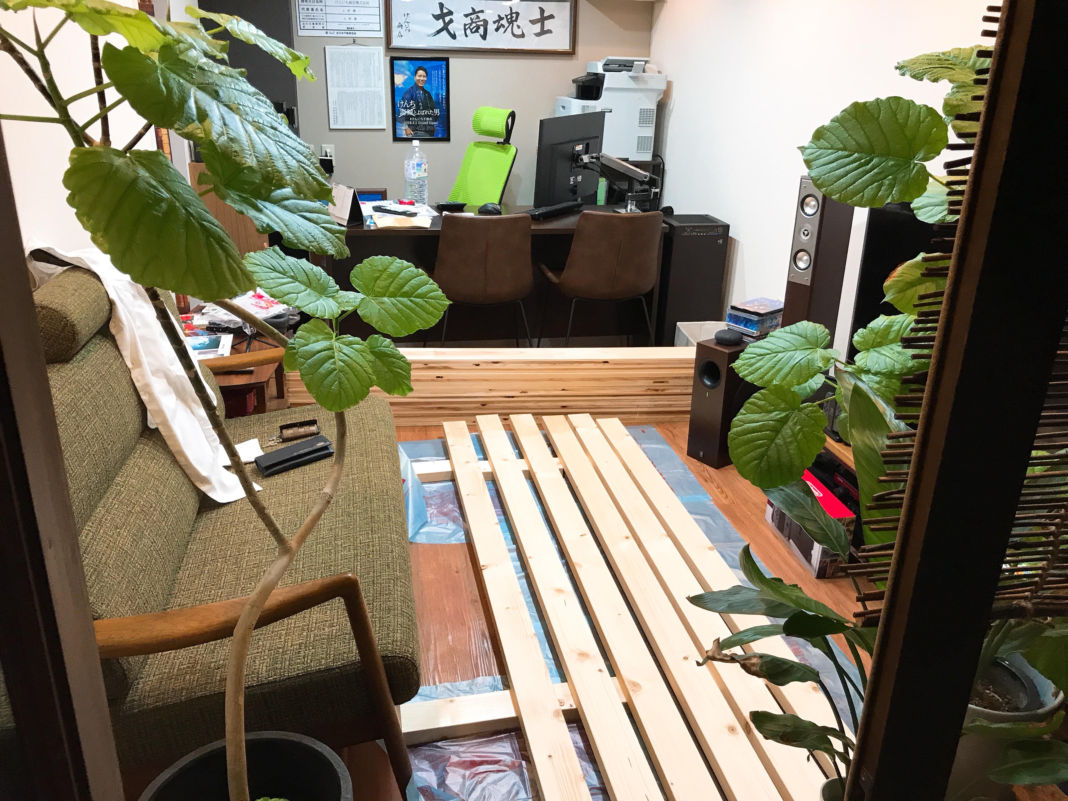 「サーフィン仕様」に店内を大改造!|白のクロス壁を木張りに変更